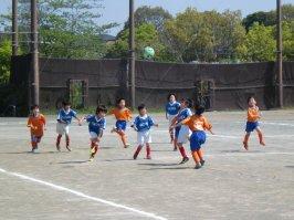 全員がボールを追ってる。笑顔がイイ。