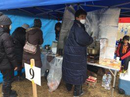 テントに仮設厨房。暖かいカレー美味しかったです。